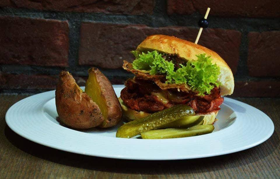 Michal Antol: Bravčový trhaný burger s pečenými zemiakmi