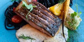 M. Kolník: Grilovaný losos so sépiovými špagetami, waldorf šalátom a špargľovou omáčkou